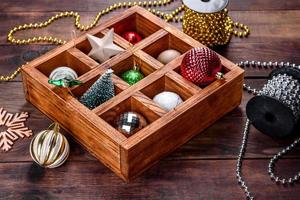 giocattoli e decorazioni natalizie in una bellissima scatola di legno foto