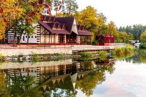 un piccolo hotel complesso nella foresta c foto