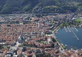 vista della città di como e del lago foto
