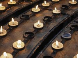 candela in una chiesa foto