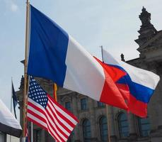 bandiere francesi, russe e americane foto