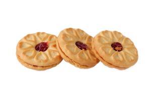 biscotto con marmellata di fragole isolato su sfondo bianco foto
