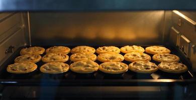 mini tortino di carne e funghi in forno industriale foto