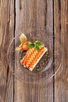fetta di torta deliziosa condita con sciroppo foto