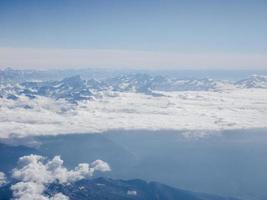 veduta aerea delle montagne delle alpi foto