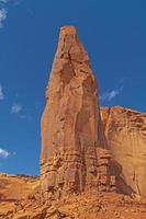pinnacolo di roccia rossa nel deserto foto