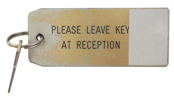 chiave della camera d'albergo isolata su bianco foto