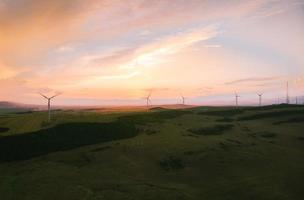 vista aerea cinque turbine eoliche in piedi in campo foto