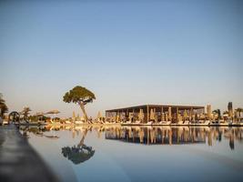 piscina in resort o hotel di lusso con vista sull'albero di cocco foto