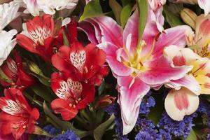 la splendida disposizione dei fiori sullo sfondo foto
