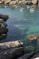 bellissima vista con barche a mare foto