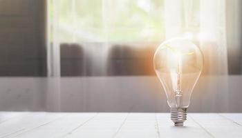 idea o energia e concetto di ambiente sicuro albero nell'idea di crescita del bulbo foto