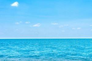 estate superficie del mare tropicale naturale con sfondo azzurro del cielo. foto