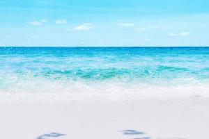 vacanze estive sulla spiaggia tropicale e sul mare oceano foto
