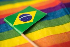 bandiera brasile con sfondo arcobaleno, simbolo lgbt foto