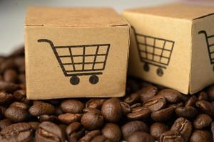 scatola con il simbolo del logo del carrello della spesa sui chicchi di caffè, foto