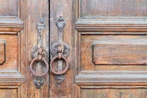 vecchia porta di casa in legno marrone foto