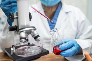 scienziato che tiene e tubo di analisi del coronavirus micro biologico foto