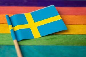 bandiera della svezia su sfondo arcobaleno simbolo foto