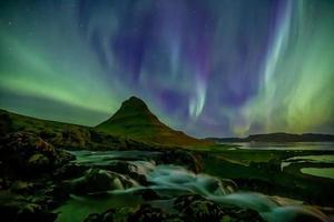 paesaggio islandese di notte con aurora foto