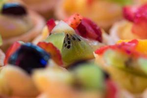 decorazione della crostata di frutta in primo piano foto