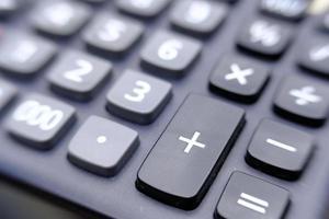 calcolatrice ravvicinata sul tavolo di legno foto
