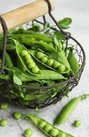 baccelli di piselli freschi e piselli verdi foto