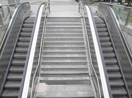 scale mobili della stazione della metropolitana foto