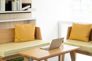 accogliente divano ad angolo nel soggiorno di casa. concetto di interni foto