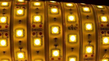 strisce luminose a led, nastro di diodi gialli brillanti foto