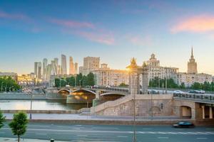 distretto degli affari dello skyline della città di mosca e fiume di mosca in russia foto