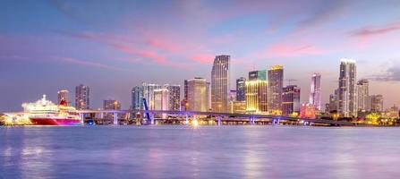 panorama dello skyline della città di miami al crepuscolo foto