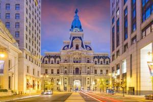 philadelphia edificio storico del municipio al crepuscolo foto