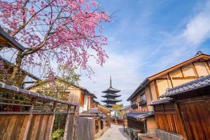 città vecchia di kyoto durante la stagione di sakura foto