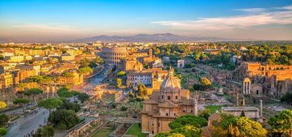 vista dall'alto dello skyline della città di roma da castel sant'angelo foto
