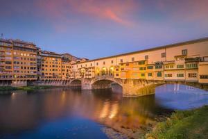 ponte vecchio sul fiume arno a firenze foto