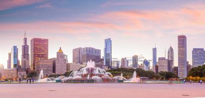 panorama dello skyline di chicago con grattacieli al tramonto foto