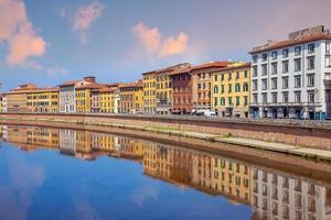 paesaggio urbano di skyline del centro città di pisa in italia foto