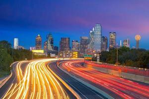 dallas skyline del centro al crepuscolo, texas foto