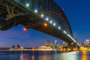 skyline del centro di sydney in australia al crepuscolo foto