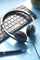 cuffia del call center sulla tastiera sul tavolo, foto