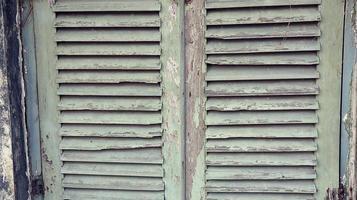 muro di casa in legno vecchio e sporco foto