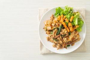 noodle saltati in padella con pollo tritato e basilico foto