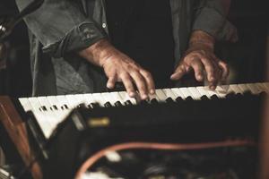 mani del musicista che suona il sinth elettrico durante un concerto dal vivo foto
