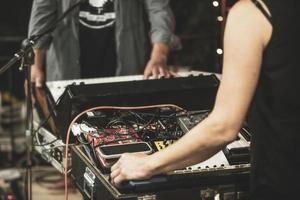 musicista che suona il sinth elettrico foto