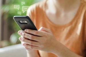 giovane donna che utilizza la digitazione dello smartphone, conversazione in chat. tecnologia foto
