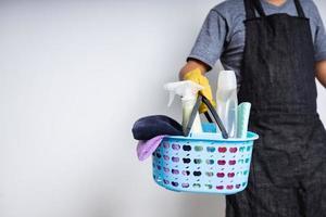 cesto di prodotti per la pulizia che si preparano a pulire a casa foto