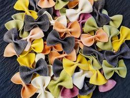 pasta colorata con papillon foto