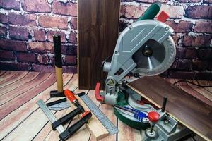 strumenti per la posa di laminato in legno o parquet sul pavimento foto