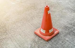i coni stradali si trovano sulla superficie del cemento foto